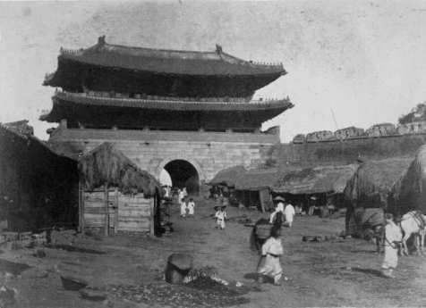 """Old Seoul (서울) circa 1880-1930"" by ""unknown"" Licensed under a Creative Commons Attribution 2.0 Generic (CC-BY2.0). Accessed 17 June 2014. https://www.flickr.com/photos/michaelgallagher/4646073756/in/photostream/"